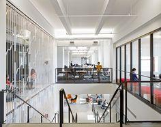 Escada que conecta os espaços de trabalho com a cafeteria