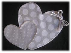 Esta camisetita negra con corazones en lunares grises y blancos es para Ana y lleva su nombre bordadoa mano