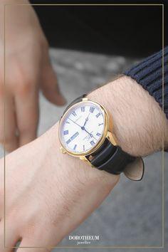 Eine elegante Herren Automatikuhr für den Alltag. Das Zifferblatt ist silberfärbig mit schwarzen römischen Ziffern. Die Armbanduhr verfügt auch über eine Wochentags- und Datumsanzeige! Das perfekte Geschenk für Ihn 🖤