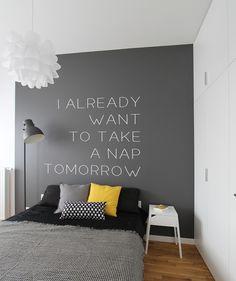 <p>Napisy na ścianę: motywacyjne sentecje, życiowe mądrości, cytaty... Napisy to dekoracje ścian, których zadaniem jest nie tylko ożywienie wnętrza... Dekoracja ściany jest klamrą spinającą wystrój salonu. Czasem bywa jedynie tłem dla aranżacji przestrzeni, nie raz jednak pełni główną funkcję dekoracyjną we wnętrzu, grając w nim pierwsze skrzypce.</p>