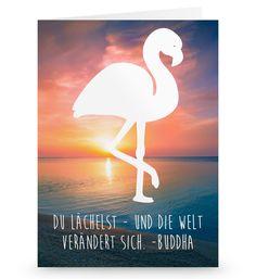 Grußkarte Flamingo aus Karton 300 Gramm  weiß - Das Original von Mr. & Mrs. Panda.  Die wunderschöne Grußkarte von Mr. & Mrs. Panda im Format Din Hochkant ist auf einem sehr hochwertigem Karton gedruckt. Der leichte Glanz der Klappkarte macht das Produkt sehr edel. Die Innenseite lässt sich mit deiner eigenen Botschaft beschriften.    Über unser Motiv Flamingo  Flamingos gehören zu den schönsten Vögeln im Tierreich und ähneln pinkfarbenen Störchen.Der Flamingo kommt in Süd-, Mittel- und…