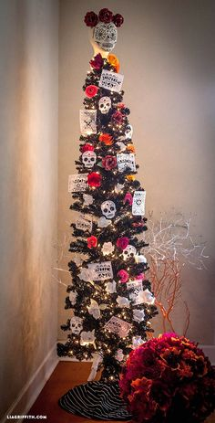 This year I am incorporating gorgeous sugar skull decorations with my Halloween decor. Meet my Halloween meets Day of the Dead cross-over tree. #MakeItFunCrafts