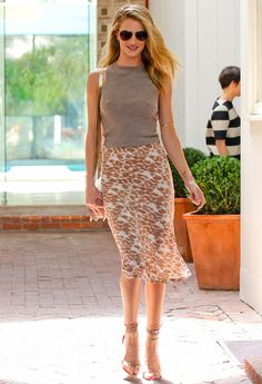 Animal chic. Rosie Huntington-Whiteley fue fotografiada en Los Ángeles luciendo esta falda lápiz de print animal de Kain Label.