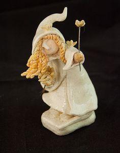 Statuette de fillette inuit en céramique. Par Cendrine Dugardin, de l'Atelier Sababou. #ceramique #déco #madeinfrance