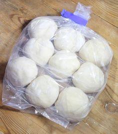 3. Lägg de frysta degfrallorna i plastpåsar och lägg dem i frysen.