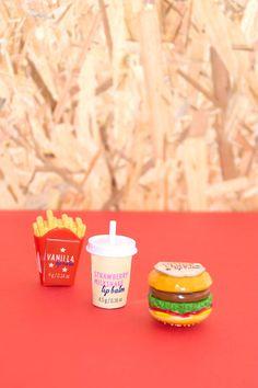 Estos divertidos diseños mantendrán tus labios siempre cuidados! ;)<BR>Bálsamos labiales con forma de batido, patatas fritas y hamburguesa.<BR>Diferentes sabores a escoger; vainilla, fresa o algodón de azúcar.