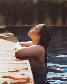 Gabi - 15 anos ♥️ - Top Tutorial and Ideas Swimming Pool Photography, Swimming Pool Photos, Pool Poses, Beach Poses, Girl Photography Poses, Summer Photography, Shotting Photo, Best Photo Poses, Pool Picture