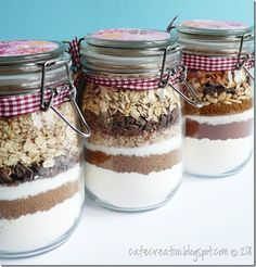 Idea regalo: biscotti in vaso Mason Jar Meals, Meals In A Jar, Christmas Jars, Christmas Baking, Xmas, Cookie Gifts, Food Gifts, Cookie Mix Jar, Delicious Desserts
