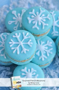 Snowflake Macaron Recipe from 'Gourmet French Macarons' Book by Bird's Party.I need to master this macaron thing Macaroons Christmas, Christmas Desserts, Christmas Treats, Christmas Baking, Holiday Treats, French Christmas, Beautiful Christmas, Winter Christmas, Christmas Cookies