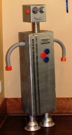 The Tall-bot welcomed people to the buffet! - Robot Birthday Party #robot #robotparty