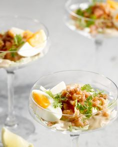 A wonderfully fresh classic, this shrimp cocktail. With delicious salty gray shrimps from us, a boiled egg, tomato and of course cocktail sauce. Vegetarian Appetizers, Appetizer Recipes, Shrimp Recipes, Party Snacks, Appetizers For Party, Party Food Platters, New Years Eve Food, Salsa, Party Catering
