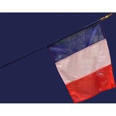 Ce drapeau de la France mesure 60 X 90 cm, il est de fabrication Française. La hampe en bois mesure environ 105 cm, elle est de couleur bleu.