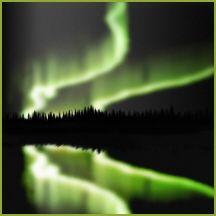 Ionosfera es la parte de la atmósfera terrestre que se extiende hasta unos 60 o 100 kilómetros desde la superficie de la tierra. Cuando las mencionadas partículas chocan con los gases en la ionosfera, empiezan a brillar, produciendo el espectáculo que conocemos como aurora boreal y austral. La variedad de colores, rojo, verde, azul y violeta que aparecen en el cielo se deben a los diferentes gases que componen la ionosfera.