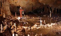 Neandertalere stalagmitter cirkler Forsker ved en af cirklerne i Bruniquel hulen. Neandertalerne byggede de 176.000 år gamle cirkler af drypsten, de knækkede af. Det er de ældst kendte komplekse konstruktioner, men hvorfor de blev bygget ved forskerne ikke - knogler og ild peger på rituelle handlinger.