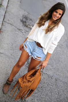 trendy_taste-look-outfit-street_style-ootd-blog-blogger-fashion_spain-moda_españa-boho-hippie-flecos-botines_camperos-cowboy_booties-mochila-backpack-blusa-camisa-denim-shorts-vaqueros-8