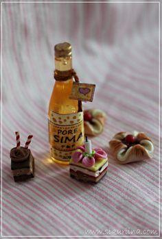 Linnanneidon lokikirja Beverages, Drinks, New Pins, Hot Sauce Bottles, Drinkware, Dollhouse Miniatures, Art Dolls, Sweets, Scale