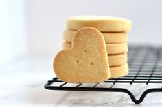Shortbread - There's nothing quite like a traditional all-butter shortbread and this recipe has been perfected to give you a fool-proof, crumbly Scottish biscuit. Shortbread Biscuits, Shortbread Recipes, Biscuit Cookies, Chocolate Biscuit Recipe, Chocolate Biscuits, Christmas Food Gifts, Christmas Baking, Baking Recipes, Cookie Recipes