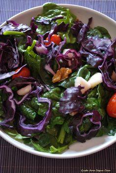 Insalata primaverile di spinaci, cavolo viola, datterini, noci e mela verde