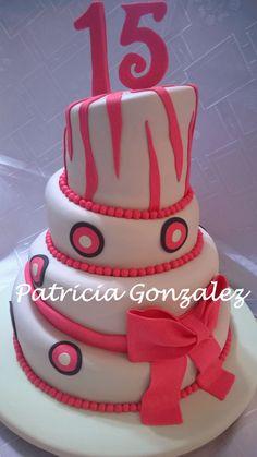 TORTA DUSTY-  Patricia Gonzalez: Torta  15 años, desnivelada -uneven cake