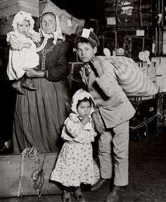 Família de imigrantes italianos chegando à Ilha de Ellis (EUA). Foto de Lewis Wickes Hine.