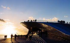 Lisboa: Historias callejeras | via Passenger 6a.es | 11/12/2016 Brilla Lisboa reflejada en el río Tajo, por cuyas recuperadas orillas los lisboetas pasean ahora con más orgullo, pues el tiempo solo ha aumentando su belleza  #Portugal