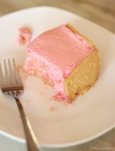 An easy fridge tart recipe made with evaporated milk, red jelly (jello), tinned guavas and coconut biscuits. Guava Desserts, Cold Desserts, Delicious Desserts, Tart Recipes, Sweets Recipes, Baking Recipes, Coconut Biscuits, Milk Biscuits, Kos