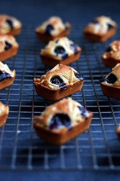 A lightly crisp top, a moist center and a subtle nuttiness are what make financiers a refined French staple. With seasonal berries and crisp almond slivers. French Dessert Recipes, Sweet Desserts, Just Desserts, Sweet Recipes, Almond Financier Recipe, Financier Cake, Friands Recipe, Biscuits, Bakery Recipes