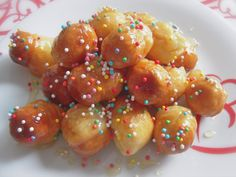 La pignolata o pignoccata palermitana è una tipica ricetta del carnevale, un dolce composto da piccole palline fritte (simili a delle pigne per l'appunto)