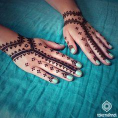 Simple Mehndi Designs for the minimalist bride! Pretty Henna Designs, Arabic Henna Designs, Unique Mehndi Designs, Dulhan Mehndi Designs, Latest Mehndi Designs, Simple Mehndi Designs, Mehendi, All Mehndi Design, Back Hand Mehndi Designs