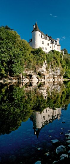 Le château de la Treyne en Dordogne en France. Surplombant l'eau ce château majestueux laisse présager de belles visites.