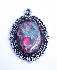 "Anhänger ""Red"" mit Metallspänen Bergkristall Rot Silber Mixed Media Amulett Collage Metal Necklace Pendant Amulet Silver Cristal von metallmorphose auf Etsy"