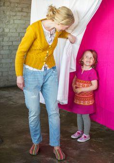 Sahrami-neuletakki tehdään mukavasta puuvillalangasta. Kaunis neuletakki muuntuu juhlavaksi kultaisten nappien avulla. Malli: Tekstiiliteollisuus Koko: Malli, Pattern Design, Knitting, Style, Fashion, Swag, Moda, Tricot, Fashion Styles