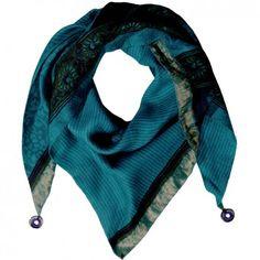 """Das Dreieck-Seidentuch """"Meena"""" in schönem Türkis ist dein idealer Begleiter für laue Sommernächte und kalte Wintertage. Das Label Glück & Selig steht für Leidenschaft, Kultur und außergewöhnliche Kreationen. Versandkostenfrei bei melovely."""