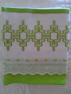 Feito com tecido 100% algodão e bordado em vagonite ,podendo ser feito em utras cores como desejar.