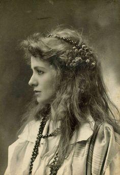 Vintage everyday: Stunning Portraits of 40 Beautiful Women from the Belle Époque: Maud Adams. http://www.vintag.es/2015/03/stunning-portraits-beautiful-women-from.html?utm_source=feedburner&utm_medium=feed&utm_campaign=Feed:+vintageeveryday+%28vintage+everyday%29