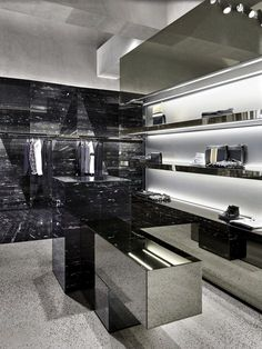 Les Hommes chose the area of Porta Nuova - which merges with the famous shopping area of Corso Como - to inaugurate its very first flagship store in Milan. The Belgian brand entrusted the project design for its boutique to Piuarch and gave them the...