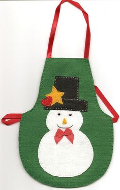 Avental de garrafa | Flickr - Photo Sharing! Christmas Aprons, Christmas Sewing, Felt Christmas, Christmas Stockings, Small Sewing Projects, Sewing For Kids, Sewing Crafts, Craft Stick Crafts, Christmas Crafts