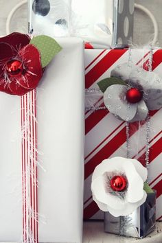 weihnachtsgeschenke verpacken papier blumen kugeln ideen