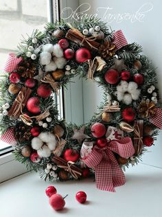 Beautiful Christmas Wreath Ideas - Brighter Craft - - Wreaths are a classic Christmas tradition and they're great fun to make! Here's a list of over 80 beautiful Christmas ideas. Christmas Door Wreaths, Christmas Door Decorations, Christmas Flowers, Christmas Mood, Noel Christmas, Holiday Wreaths, Christmas Crafts, Christmas Ornaments, Christmas Ideas
