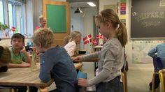 En film som inspirerer til at arbejde med bedre trivsel og veje til inklusion i folkeskolen. Filmens mål er at vise, hvordan lærere og pædagoger kan samarbejde om at skabe inkluderende fællesskaber og et frugtbart og trygt læringsmiljø for alle børn. I filmen følger vi børnene i en 2. klasse på Munkebjergskolen i Odense. Med særligt fokus på de følsomme børn, de stille piger og en blind dreng, som går i klassen. Filmen er støttet af Undervisningsministeriets Tips- og Lottomidler.