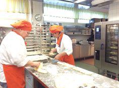 Lähiruokapäivänä Keskuskeittiöllä leivottiin sämpylät ikaalislaisista luomujauhoista ja -hiutaleita.