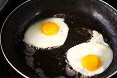 Rețetă pentru mic dejun - sandwich cald cu brânză, ou și avocado Sandwiches, Cheddar, Fries, Avocado, Toast, Eggs, Yummy Food, Breakfast, Diana