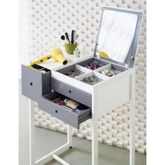 small dressing table design ideas with folding mirror for small bedroom This is a full guide to choosing your 2018 Dressing tables for bedroom: design, style, ideas, storage, modern dressing table designs for small bedrooms Modern Dressing Table Designs, Small Dressing Table, Bedroom Dressing Table, Dressing Tables, Modern Bedroom Furniture, New Furniture, Furniture Vanity, Rangement Makeup, Small Vanity