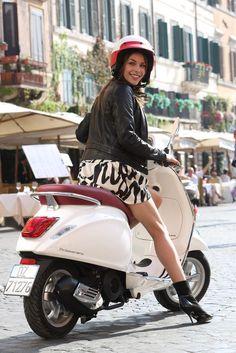 Gerelateerde afbeelding Motos Vespa, Piaggio Vespa, Scooter Bike, Lambretta Scooter, Vespa Scooters, Biker Girl, Girl Motorcycle, Biker Baby, Motor Scooters