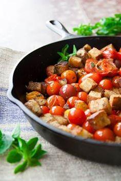 Panzanella...um prato da Toscana, simples e delicioso. Basta você adicionar em uma frigideira, pedacinhos de pão (de preferência, o pão italiano, que é bem crocante em sua casca e miolo macio), 4 dentes de alho, picados, tomates cerejas (alguns inteiros e outros cortados ao meio), uma colher de orégano, pimenta-do-reino, azeite e folhas de manjericão para finalizar. Bom apetite!