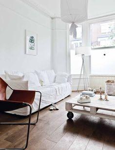 Ghostin sohva, Ay Illuminaten valaisin, hauska printtitaulu ja lavapöytä. Kaikki löytyy. Alan koht tylsistyy näihin samanlaisiin koteihin :D