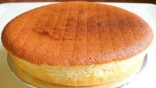 Basic sponge cake is one of my favorite types of cakes. I don't have a huge sweet tooth and plain sponge cake recipes are perfect for me. They are sweet without being too sweet. I love to eat plain sponge cake- no filling, no frosting, no powdered. Easy Sponge Cake Recipe, Sponge Cake Recipes, Just Desserts, Delicious Desserts, Dessert Recipes, Cooker Cake, Trini Food, Egg Cake, Vegetarian Cake