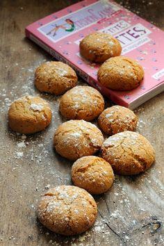 macarons minute 1 blanc d'œuf – 120g de sucre en poudre – 120g de poudre d'amande – 1 pincée d'anis vert (facultatif) battre le blanc d'œuf. Ajoutez le sucre en poudre et fouettez bien fort, ça va ressembler alors à une pâte à meringue.Ajoutez la pâte d'amande et l'anis et mélangez cette fois avec une spatule.Faites des boules d'environ 30g. Ecrasez-les un peu et posez-les sur une plaque couverte de papier sulfurisé. Enfournez à 180° pendant 12 à 15 minutes. sucre glace