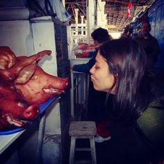 O encontro!  Mercado São Pedro em Cuzco Peru.  Detalhes desta viagem no blog http://ift.tt/1JUgiOy #dedmundoafora #mundoafora #viagem #travel #trip #tour #tur #turismo #travelblog #travelbloggers #blogdeviagem #blog #peru #cuzco #instagood #instatravel #rbbviagem #tripadvisor #trippics #visitperu #dednoperu #mercadosaopedro #machupicchu #incas