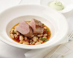 Schweinefilet mit Bohnensalat und Basilikum-Dip///Harissa schärft den mediterranen Salat zum Filet. Joghurt und Sahne geben aufgeschlagen eine Supercreme für den Basilikum-Dip.
